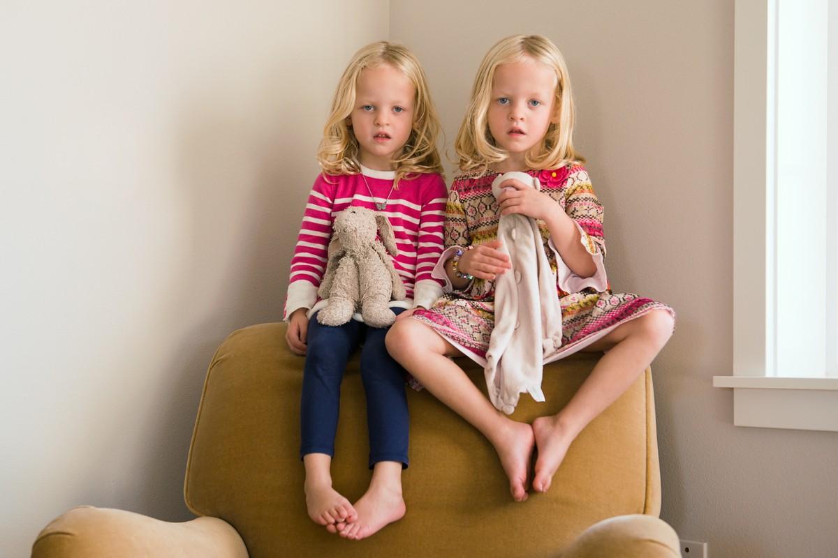 Παιδιά φωτογραφίζονται με αντικείμενα που τους προσφέρουν ανακούφιση