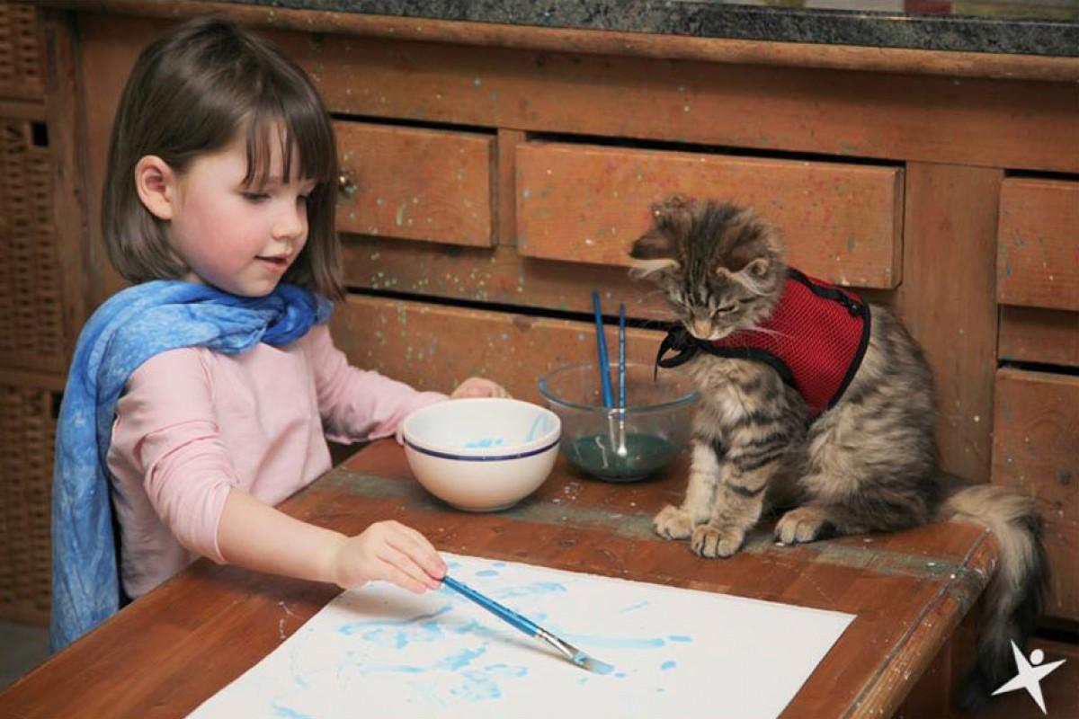 Η μαγική θεραπευτική επιρροή μιας γάτας σε ένα αυτιστικό κορίτσι