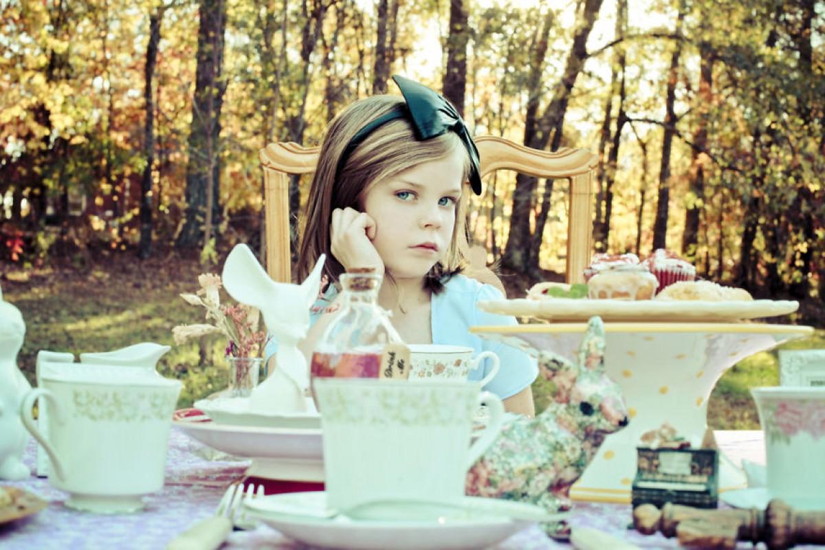 Η μικρή Alice βρήκε τη χώρα των θαυμάτων της στο φακό της φωτογράφου μαμάς της