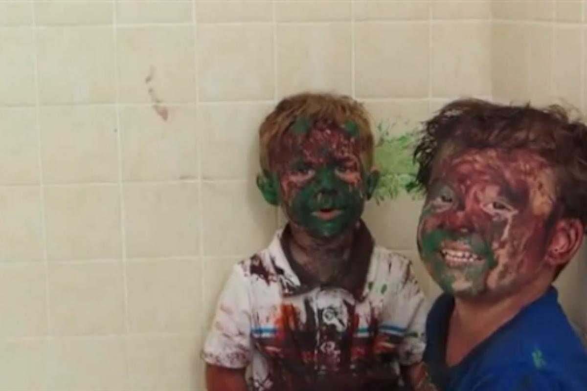 [Βίντεο] Η πιο αστεία ανάκριση σε 2 σκανταλιάρικα νήπια