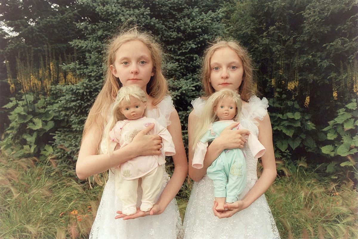 Οι δίδυμες Erna και Hrefna μάς στοιχειώνουν με τις φωτογραφίες τους