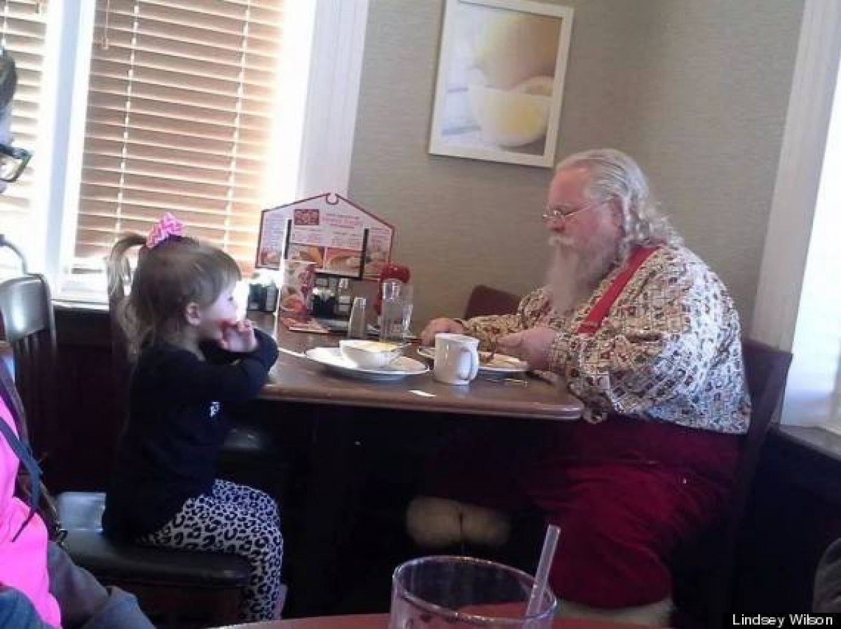 Ένα κοριτσάκι πήγε να κρατήσει συντροφιά στον Άι Βασίλη για να μην τρώει μόνος του