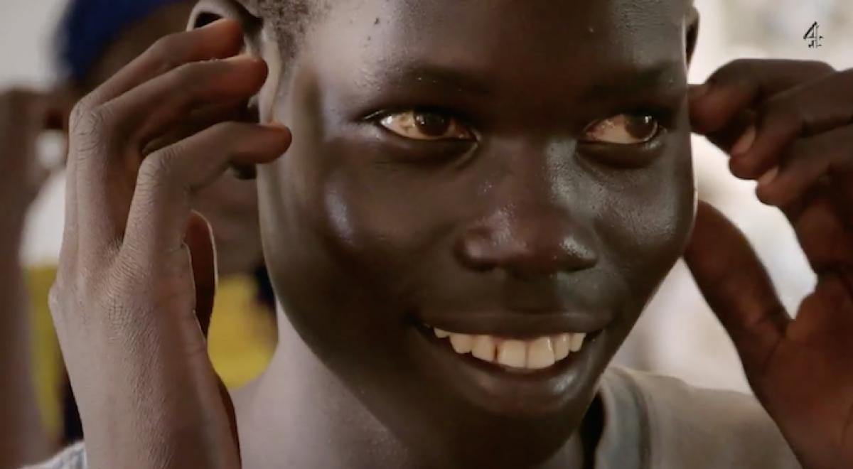 Ένα κουφό αγόρι 15 ετών μιλά για πρώτη φορά χάρη στη νοηματική