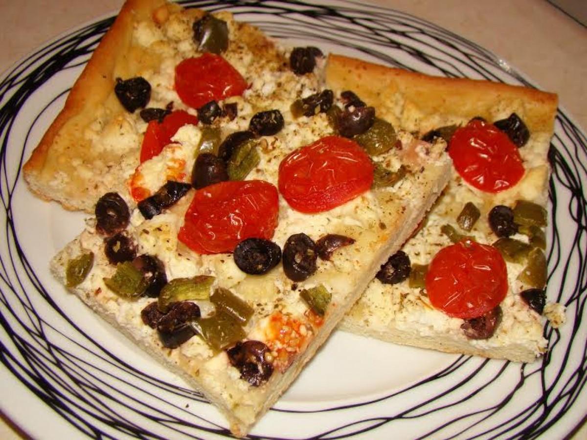 Μεσογειακή πίτσα με τυρί κοφινάκι, ελιές και ντομάτα