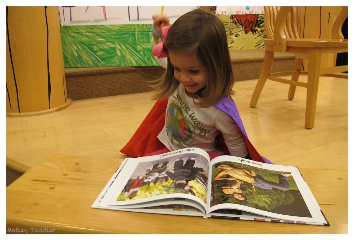Μικρά ανθρωπάκια διαβάζουν σε ένα χαριτωμένο μοντάζ