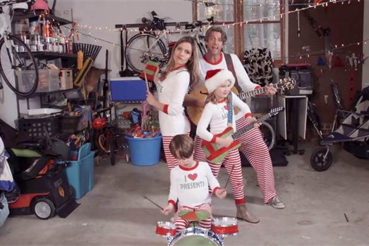 Οι Holderness μάς βάζουν τα γυαλιά με το τρελό χριστουγεννιάτικο βίντεό τους