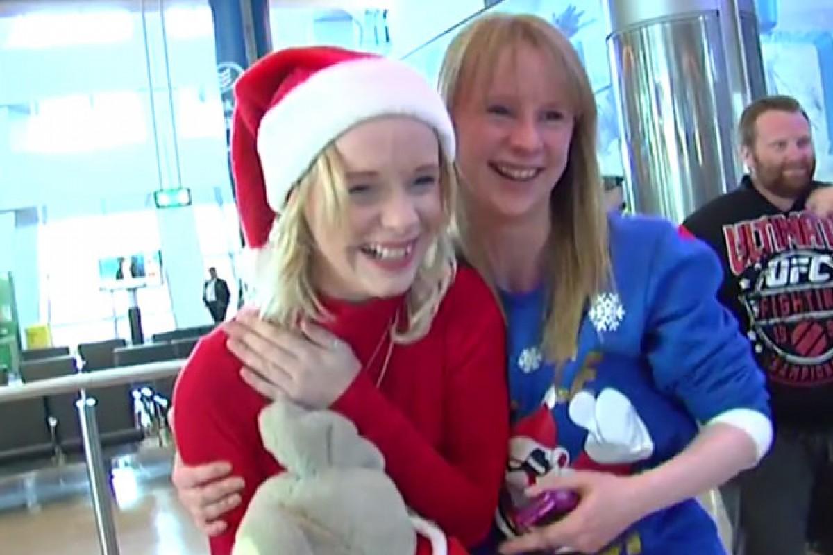 [Βίντεο] Επέστρεψε σπίτι για τα Χριστούγεννα για πρώτη φορά μετά από 4 χρόνια και αυτή δεν ήταν η μόνη έκπληξη που τους επιφύλασσε