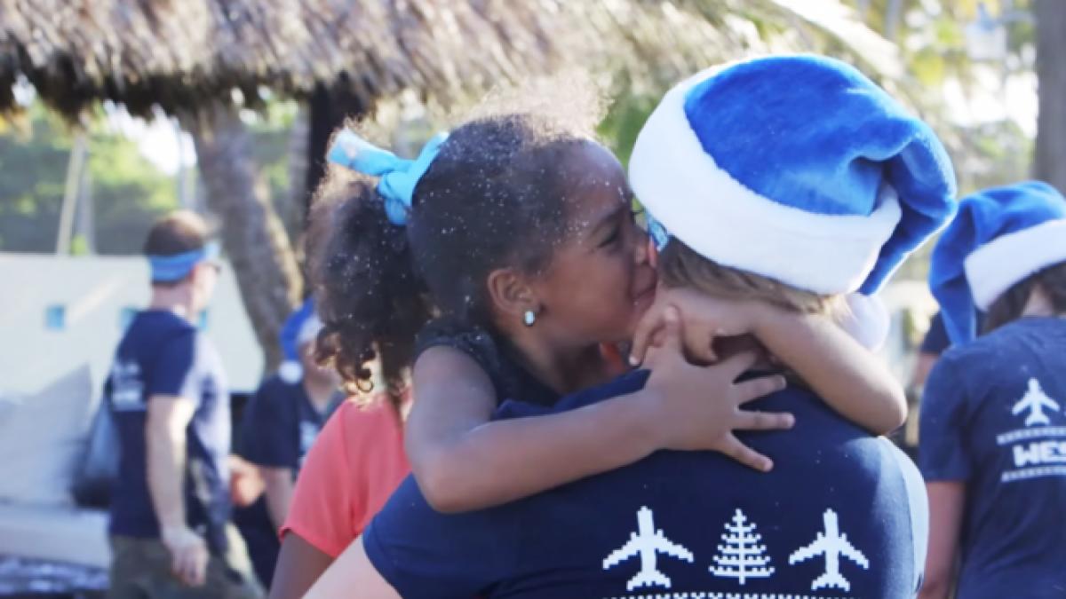 Μια αεροπορική μοιράζει χαμόγελα σε ένα ολόκληρο χωριό για τα Χριστούγεννα