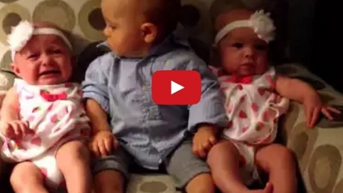 [Βίντεο] Μωρό αντιμέτωπο με ένα από τα μεγαλύτερα μυστήρια της ζωής: τα δίδυμα!