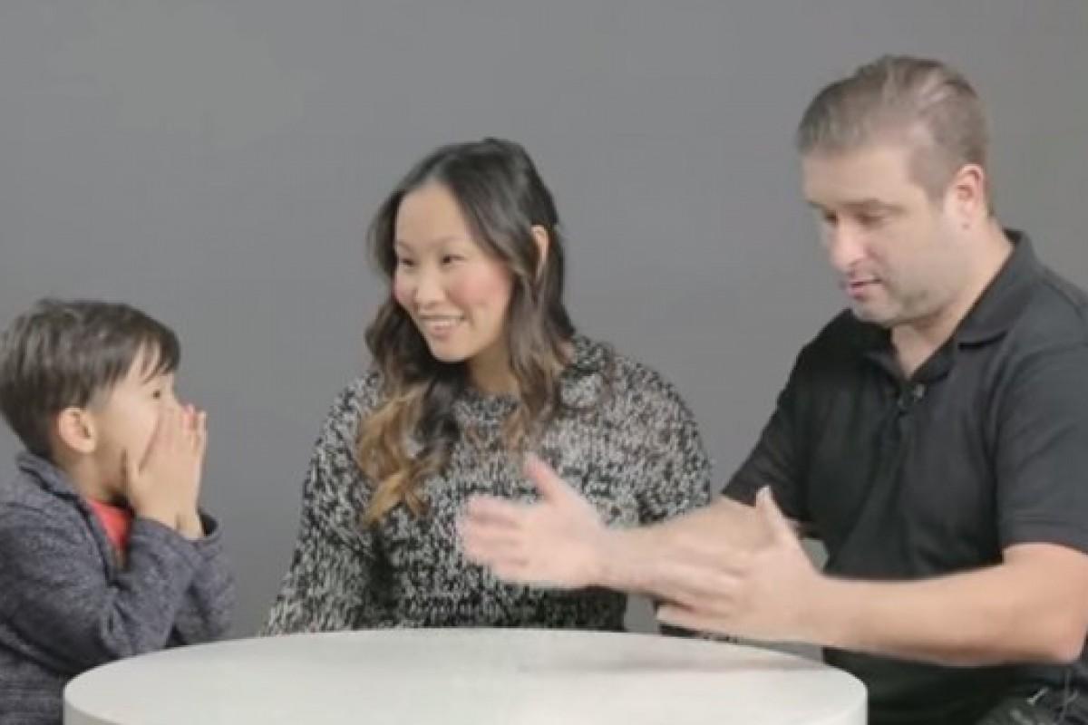 [Βίντεο] Γονείς προσπαθούν να μιλήσουν στα παιδιά τους για το σεξ
