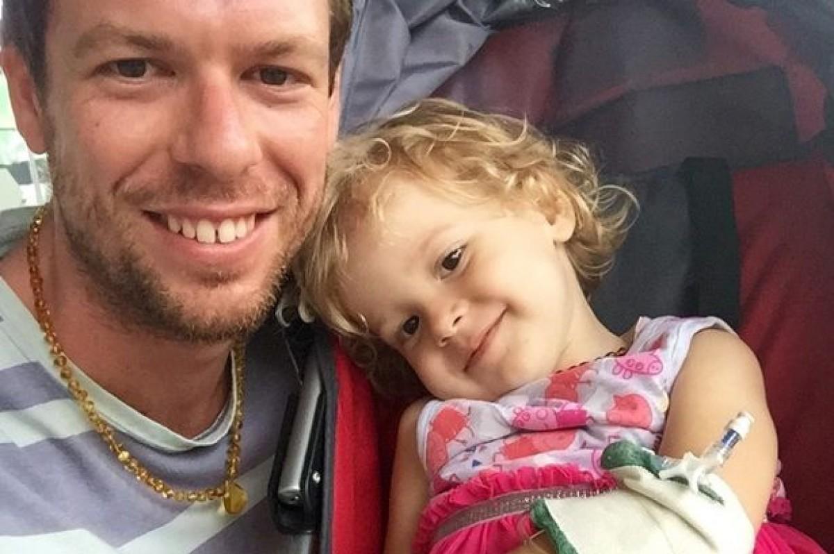 Τον συνέλαβαν επειδή χορήγησε στην καρκινοπαθή κόρη του κανναβέλαιο με την ελπίδα να τη σώσει