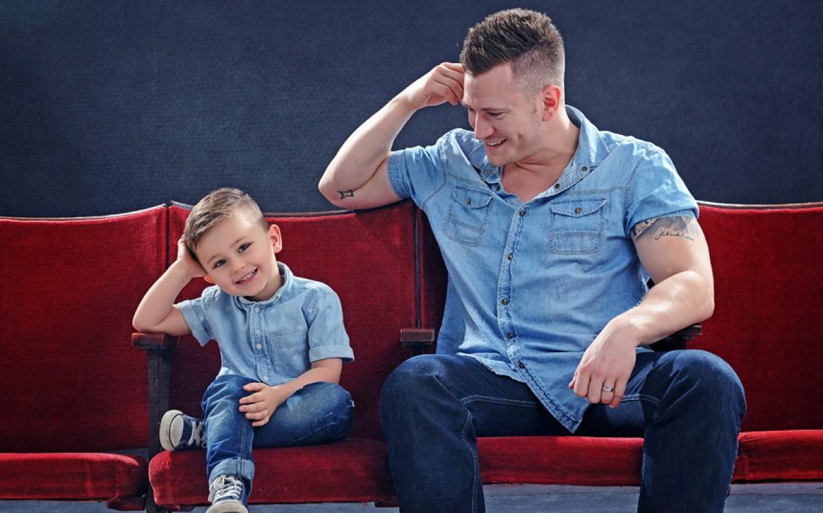 Βρετανοί μπαμπάδες ποζάρουν με τα παιδάκια τους