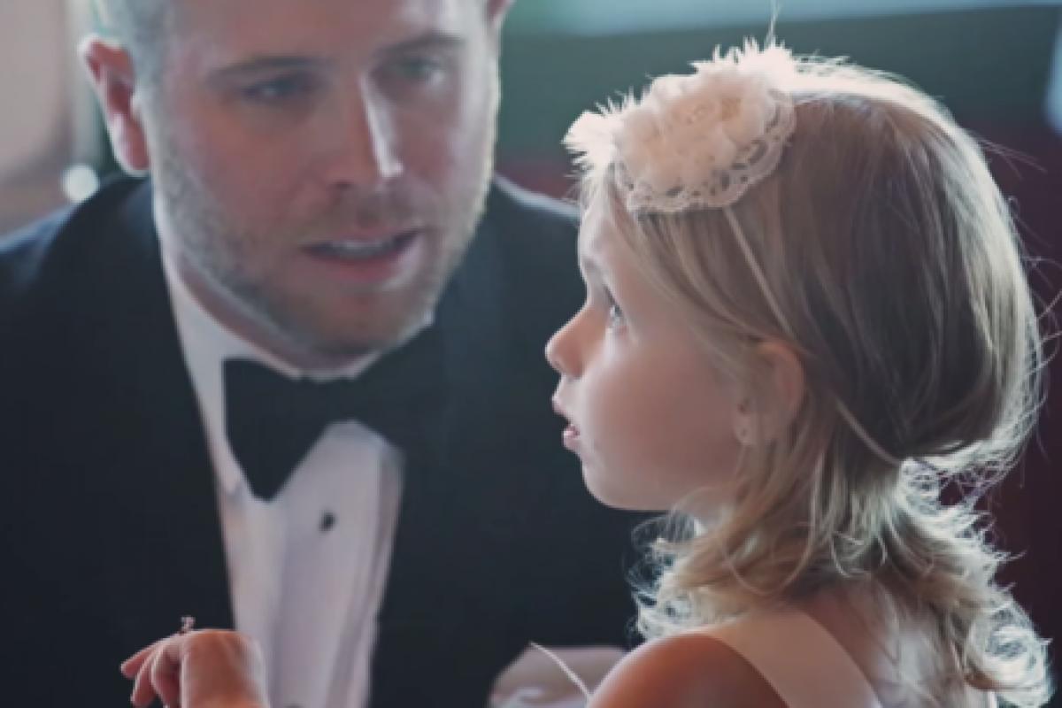 Ακούστε τα συγκινητικά λόγια που της είπε ο πατριός της λίγο πριν παντρευτεί τη μητέρα της