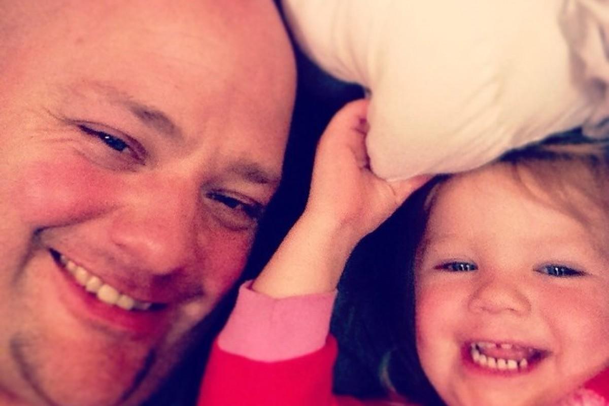 Ο μπαμπάς που δεν μπορούσε να φτιάξει τα μαλλιά της κόρης του και πήγε να «σπουδάσει» Κοσμετολογία για να τα καταφέρει!