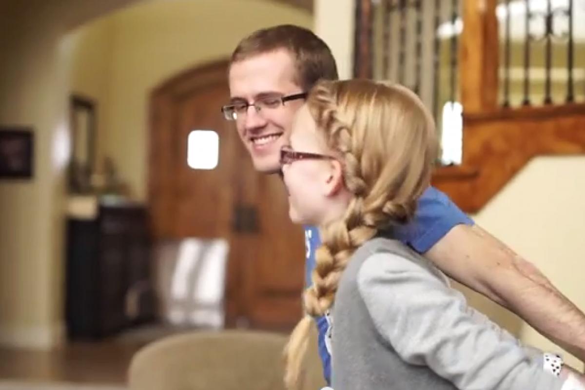 Αδέλφια δίνουν μάχη στο πιάνο στους ρυθμούς του Frozen