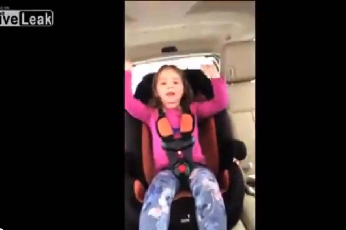 Μια μαμά τραβάει ανέμελη σε βίντεο τα παιδιά της στο αυτοκίνητο. Δεν φαντάζεστε τι επακολουθεί…