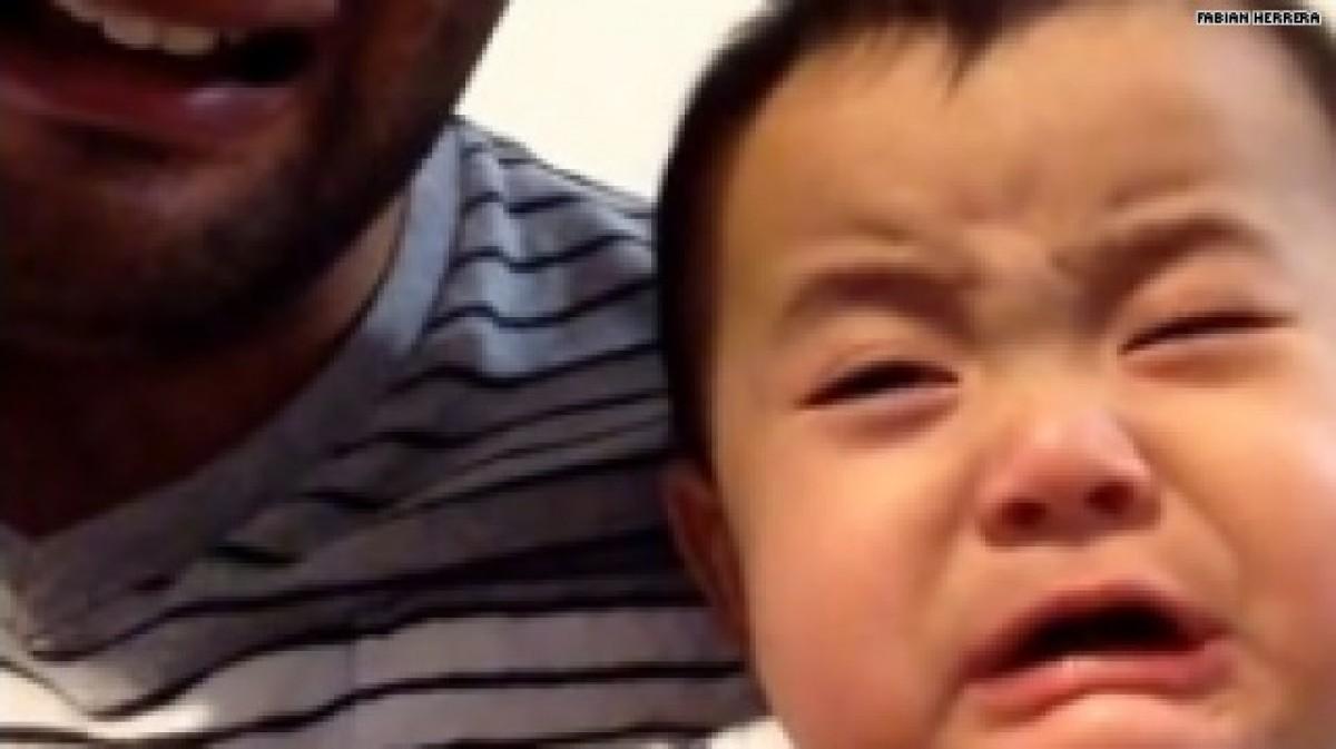 [Βίντεο] Ένα μωράκι βάζει τα κλάματα κάθε φορά που βλέπει τον μπαμπά του να κλαίει