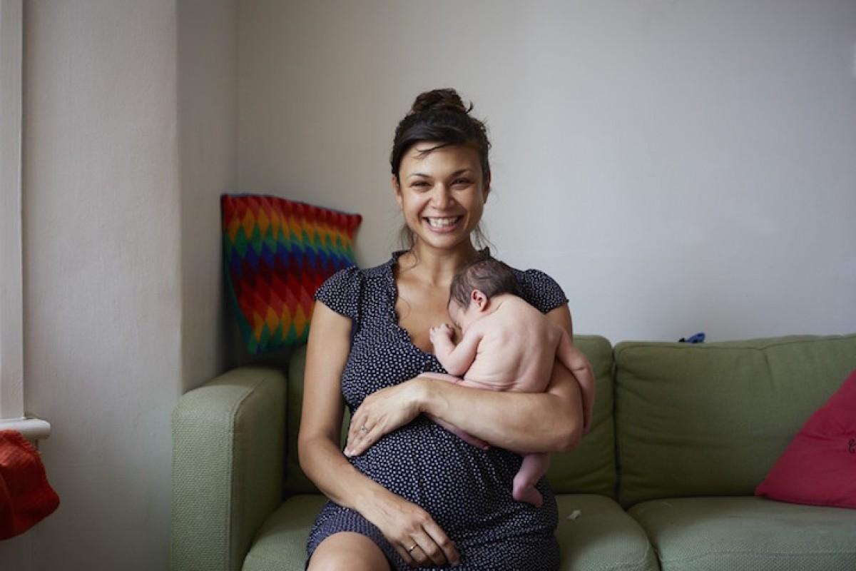Μαμάδες φωτογραφίζονται με τα μίας ημέρας μωράκια τους