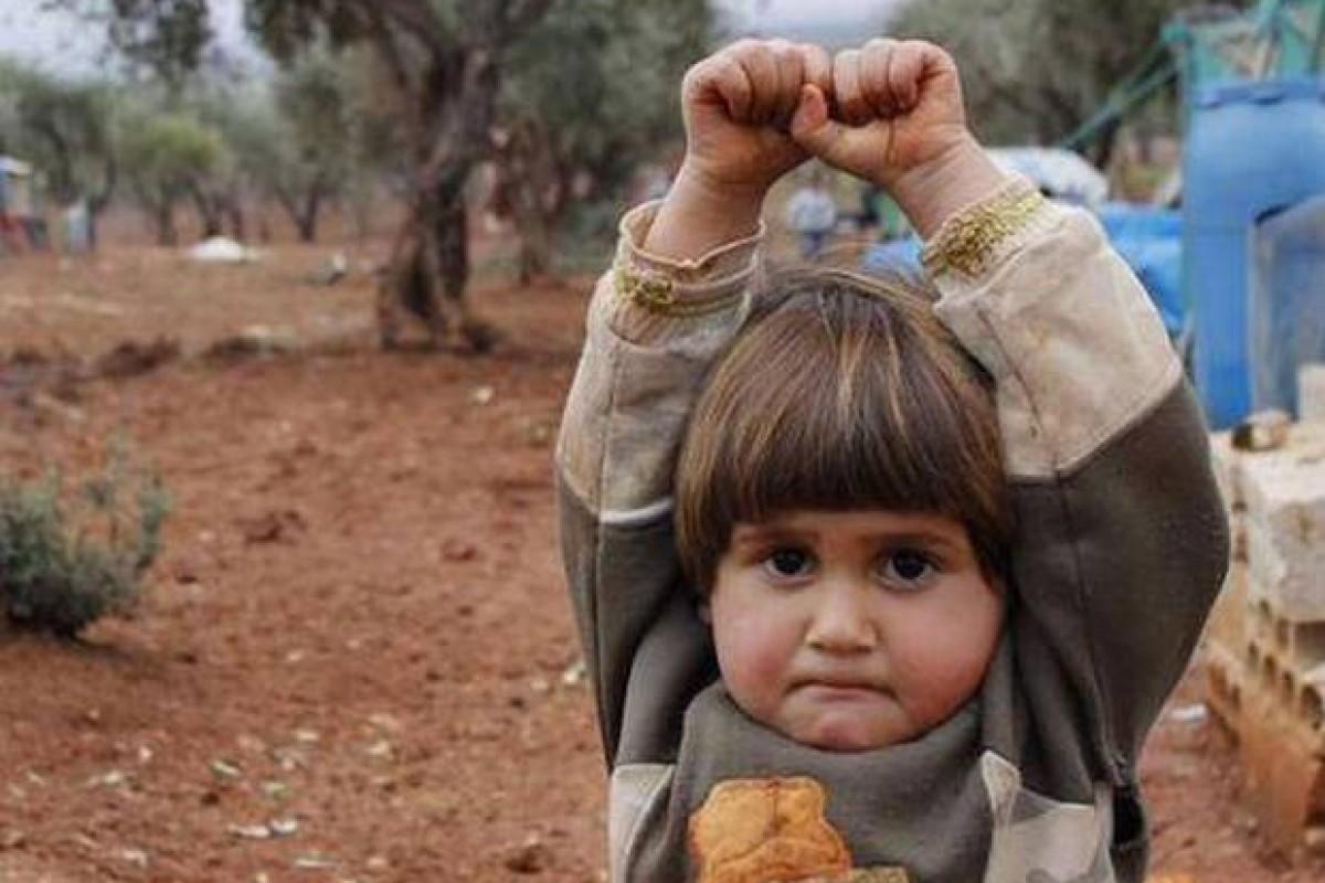 Το παιδάκι από τη Συρία που παραδόθηκε στην κάμερα θεωρώντας την όπλο