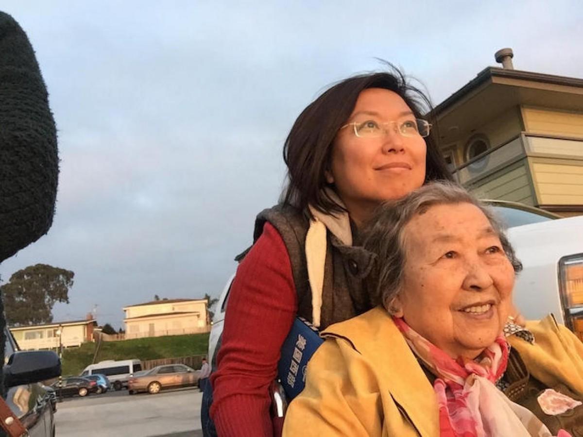 Μια μαμά σε αναπηρικό καροτσάκι ταξιδεύει για πρώτη φορά χάρη στην κόρη της