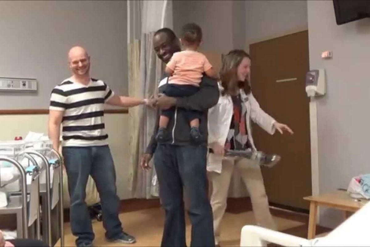 Όλοι περίμεναν να γνωρίσουν ένα μωράκι. Δείτε πώς αντέδρασαν όταν το ένα έγινε δύο!