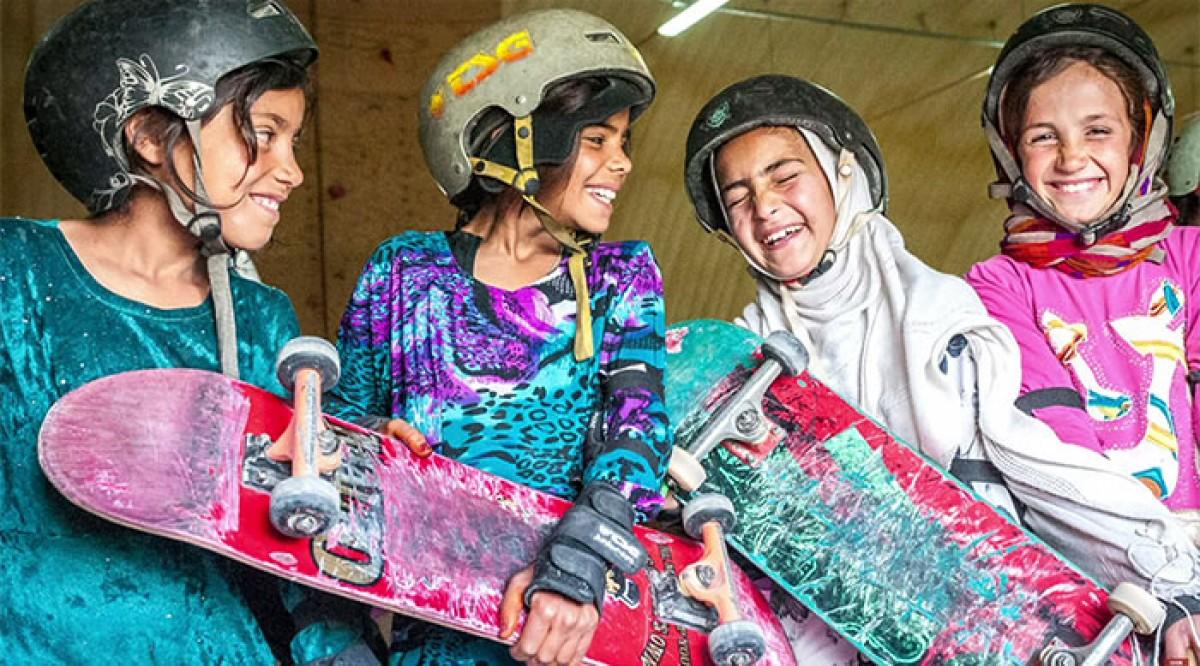 Τα κορίτσια του Αφγανιστάν δεν επιτρέπεται να κάνουν ποδήλατο, κάνουν όμως σκέιμπορντ
