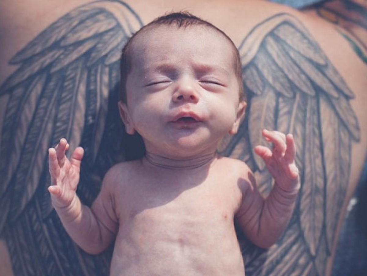 Υπέροχοι γονείς καλυμμένοι με τατουάζ φωτογραφίζονται με τα μωράκια τους