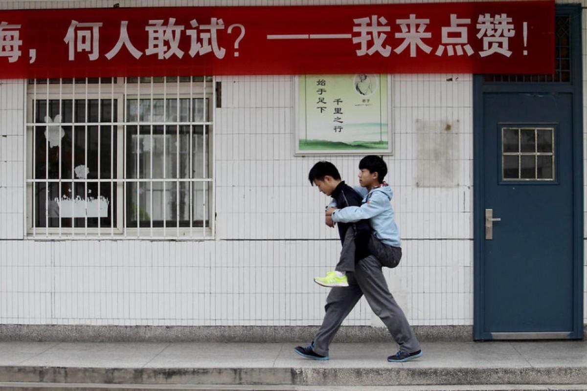 Μεταφέρει εδώ και 3 χρόνια τον ανάπηρο συμμαθητή του στην πλάτη του για να πάνε μαζί σχολείο