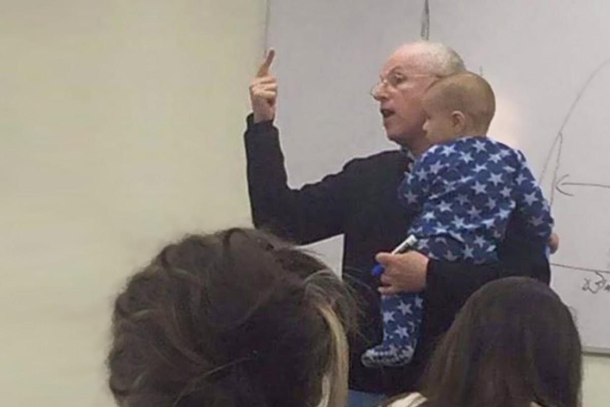 Το μωρό της άρχισε να κλαίει στην αίθουσα. Δείτε τι έκανε ο καθηγητής της.