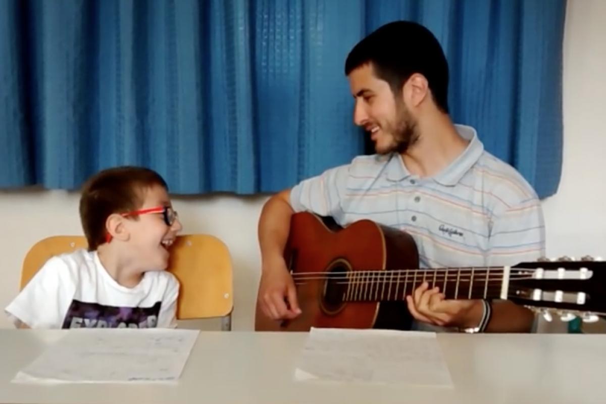 Να μην ξεχνάς να αγαπάς: το τραγούδι που έγραψε ένας δάσκαλος για τον μαθητή του!