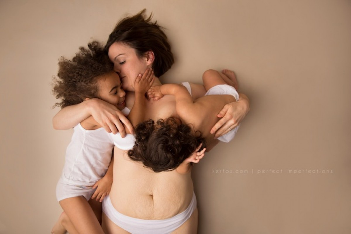Τρυφερά πορτρέτα μαμάδων που αισθάνονται όμορφα με το σώμα τους μετά την εγκυμοσύνη