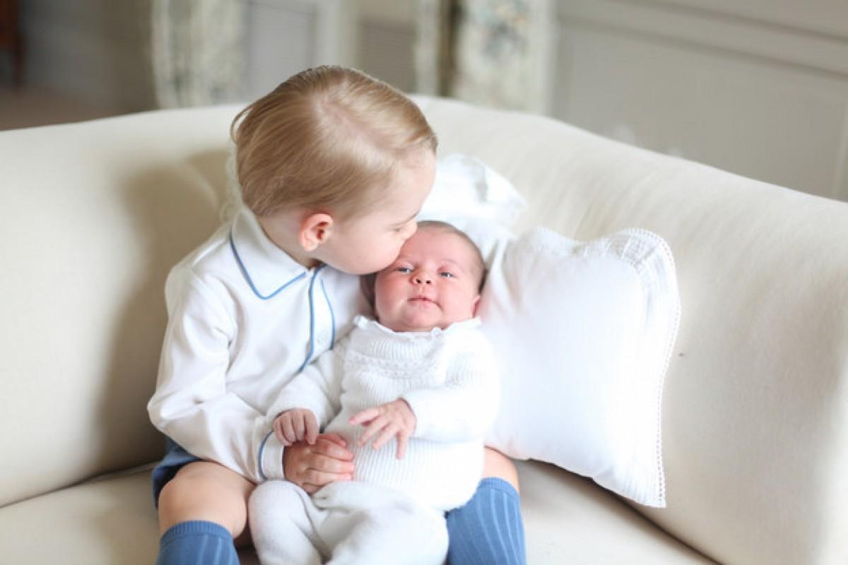 Οι πρώτες επίσημες φωτογραφίες του Πρίγκιπα George της Αγγλίας με τη μικρή του αδελφή