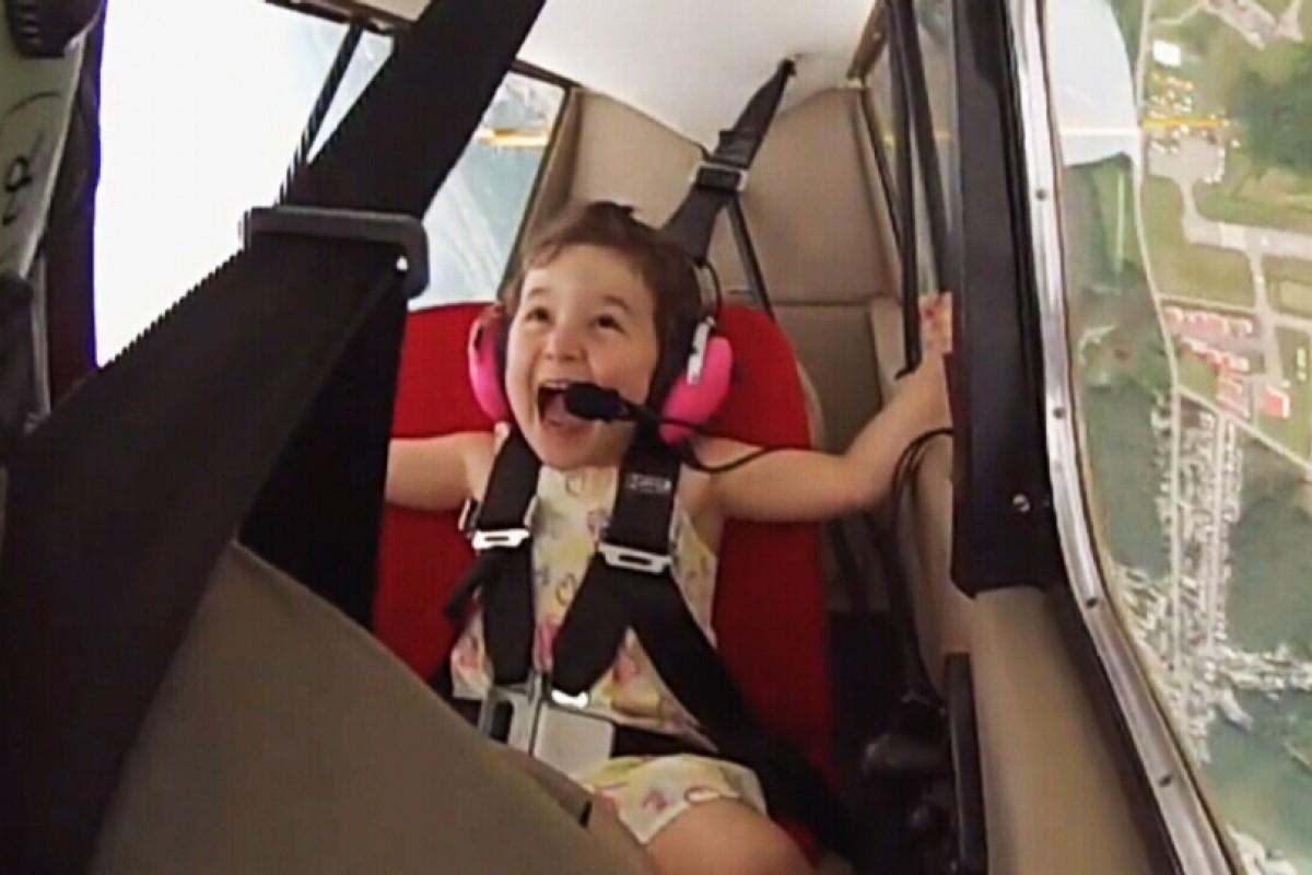 «Αεροσυνοδός» 4 ετών στην πρώτη της ακροβατική πτήση με πιλότο τον μπαμπά της