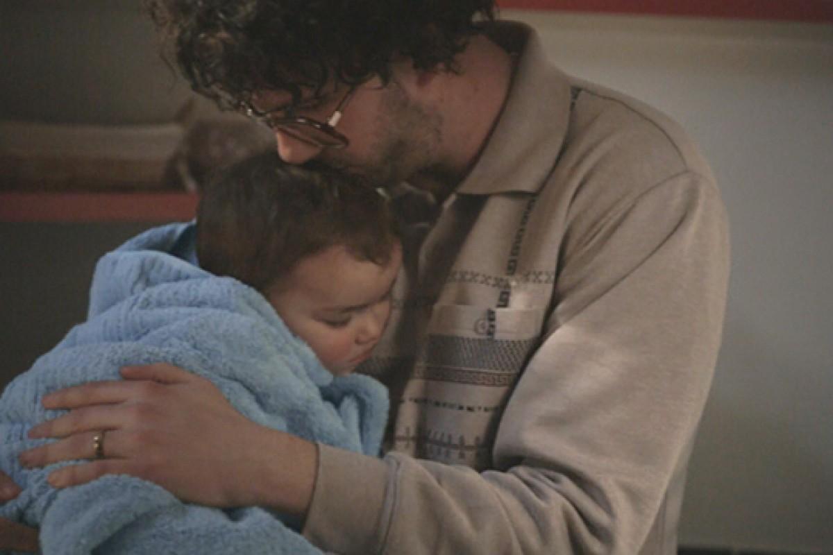 Γιατί σταματάμε να αγκαλιάζουμε τα παιδιά μας;