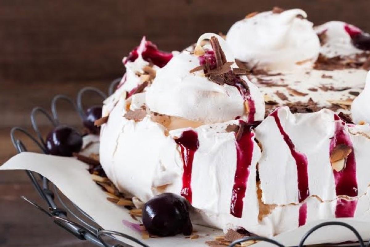 Παγωτό Πάβλοβα με βύσσινο