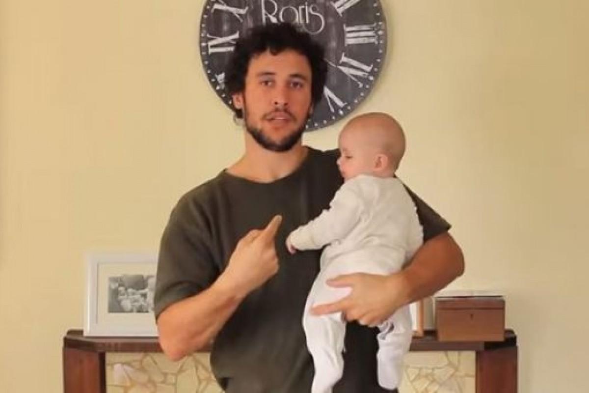 17 τρόποι να κρατήσεις ένα μωρό… όπως τους παρουσιάζει ένας μπαμπάς