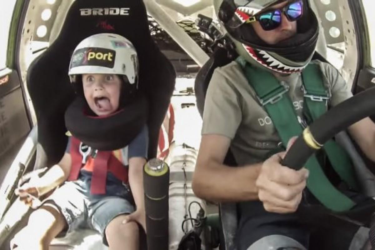 Δείτε πώς ξετρελαίνεται ένα 5χρονο αγόρι με τα τρομερά κόλπα του κασκαντέρ μπαμπά του