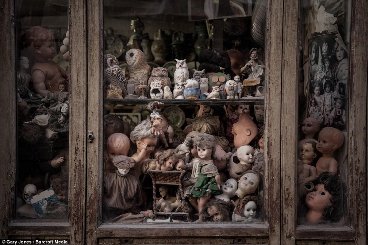 Ένα ιδιαίτερο «νοσοκομείο για κούκλες» στη Ρώμη ξυπνά αναμνήσεις από το παρελθόν