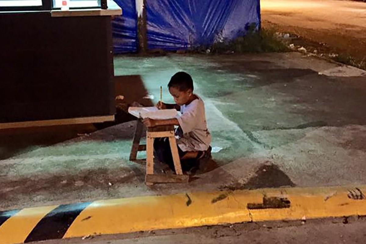 Τον φωτογράφησαν τυχαία να μελετά στον δρόμο και του άλλαξαν τη ζωή