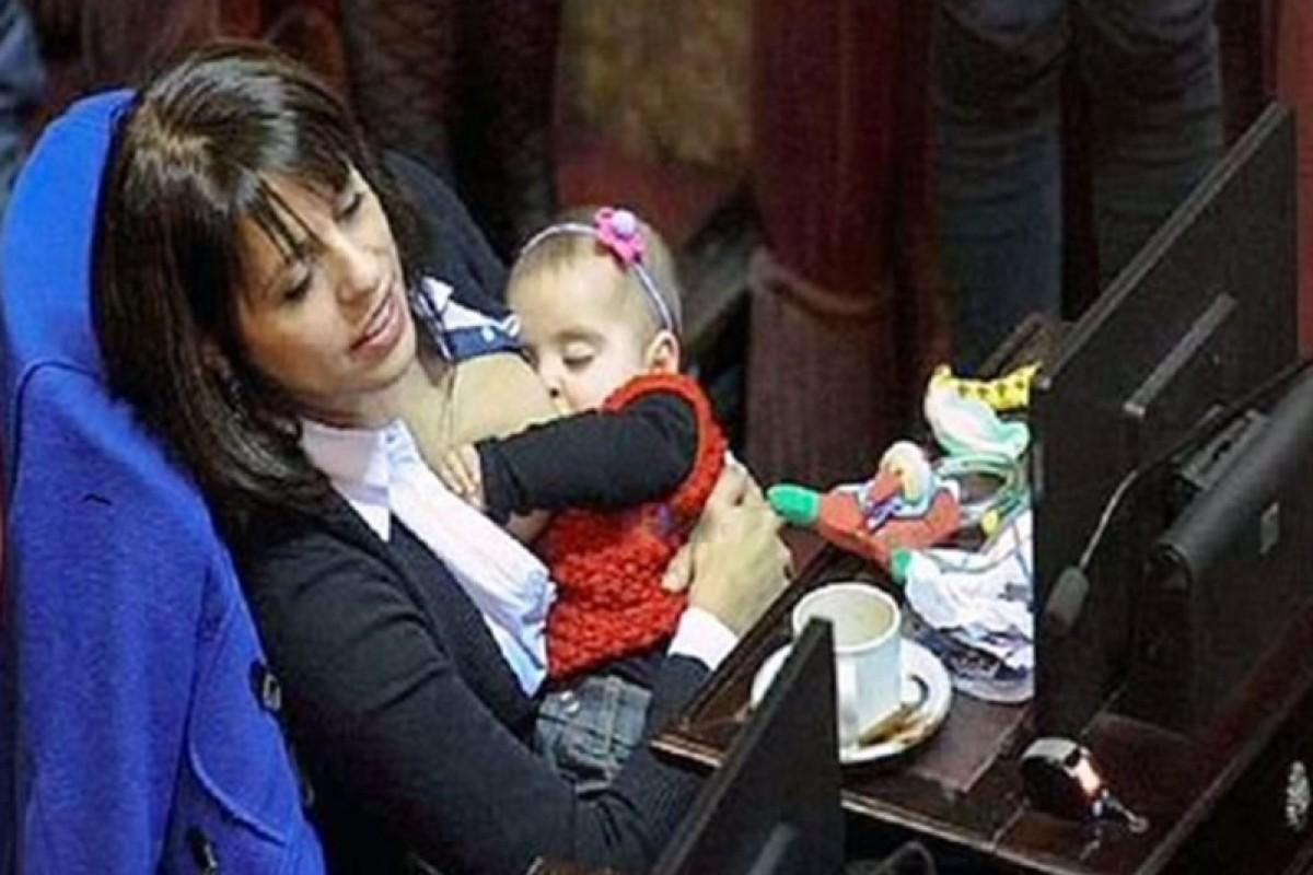 Θήλασε την κόρη της… στη βουλή!