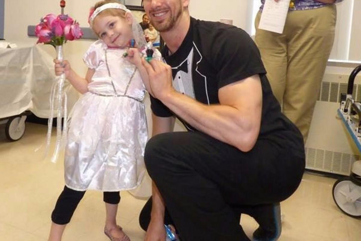 Μία 4χρονη ασθενής «παντρεύτηκε» τον νοσοκόμο της σε μια χαριτωμένη τελετή