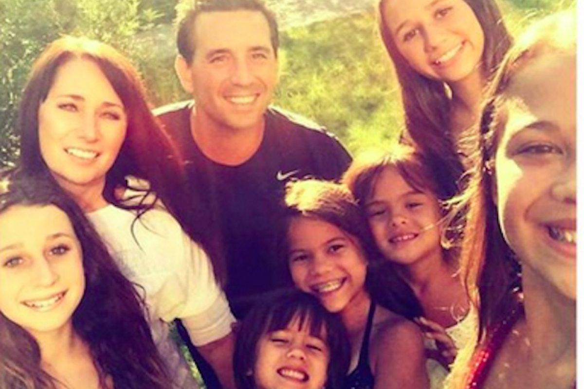 Υιοθέτησε τις τέσσερις κόρες της φίλης της αφού εκείνη έχασε τη μάχη με τον καρκίνο