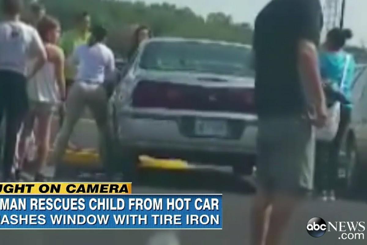 Έσπασε το τζάμι ενός ξένου αυτοκινήτου για να σώσει ένα μωρό που έλιωνε από τη ζέστη, ξεχασμένο στο πίσω κάθισμα