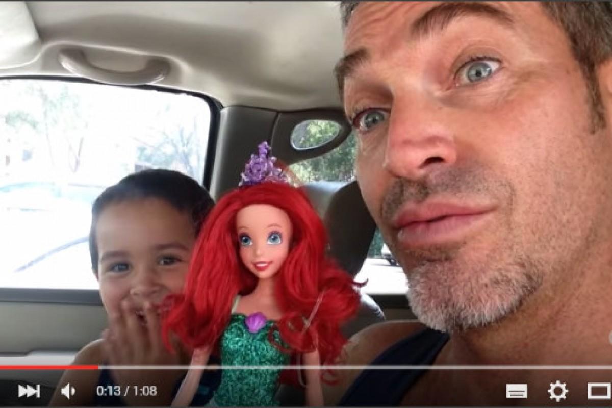 Πώς αντέδρασε αυτός ο μπαμπάς όταν ο γιος του διάλεξε μια κούκλα για δώρο;