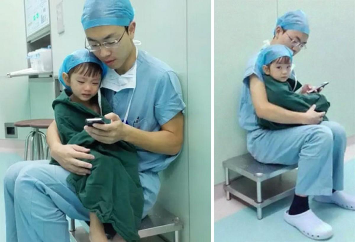 Ένας καρδιοχειρουργός καθησυχάζει τη 2χρονη ασθενή του πριν την επέμβαση