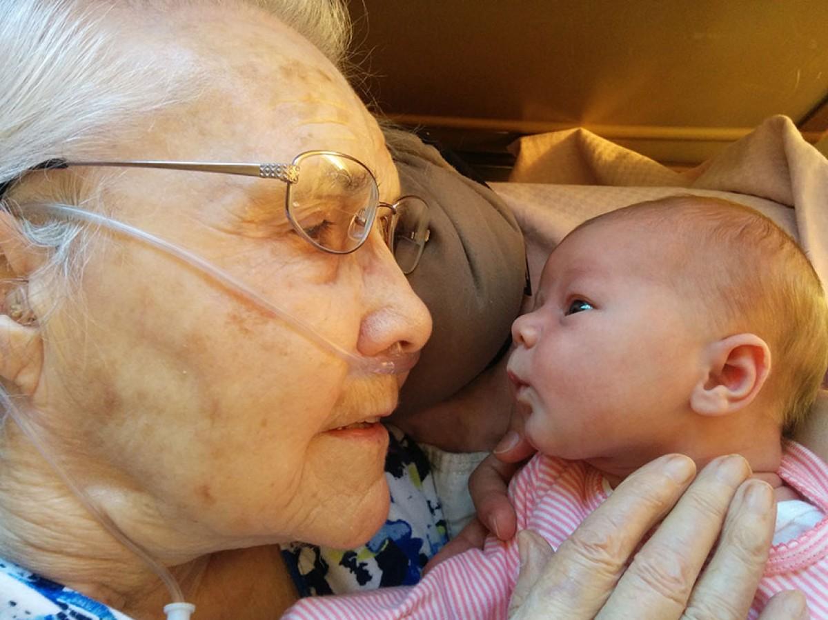 92χρονη προγιαγιά γνωρίζει την δύο ημερών δισέγγονή της
