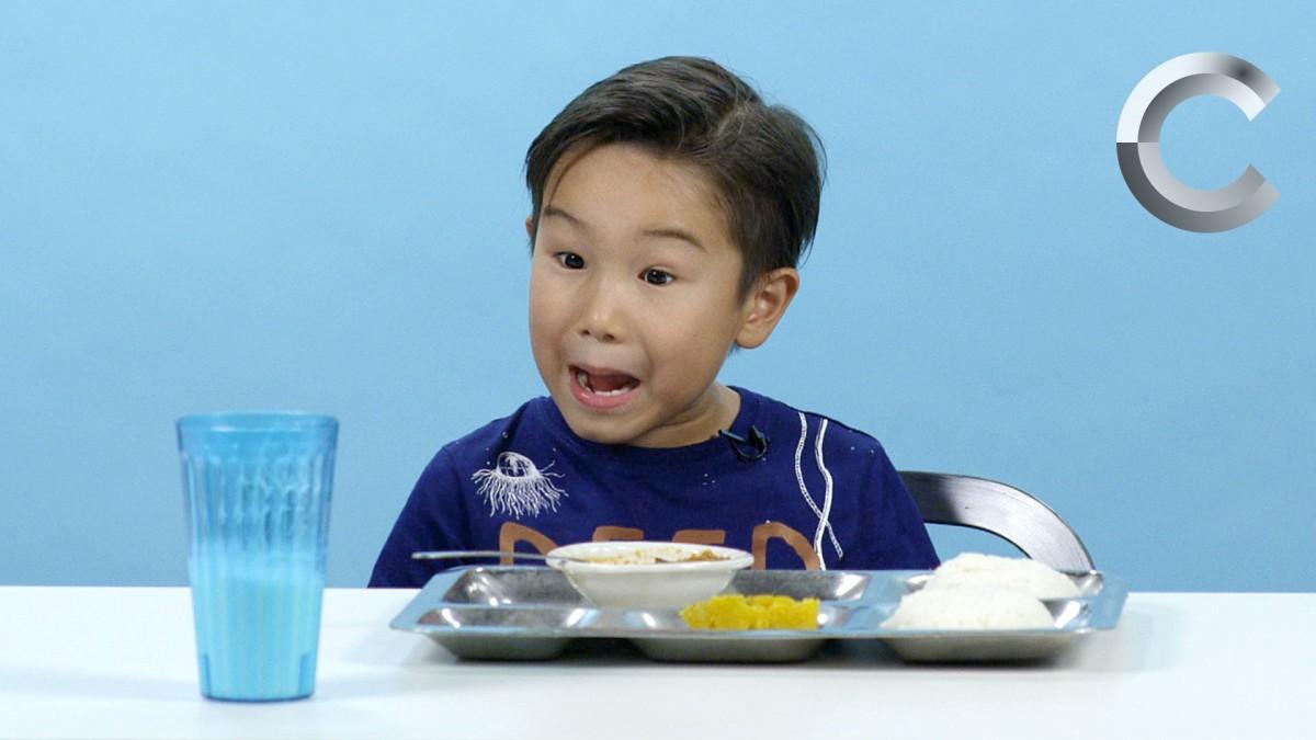 [Βίντεο] Παιδάκια δοκιμάζουν σχολικά γεύματα του κόσμου