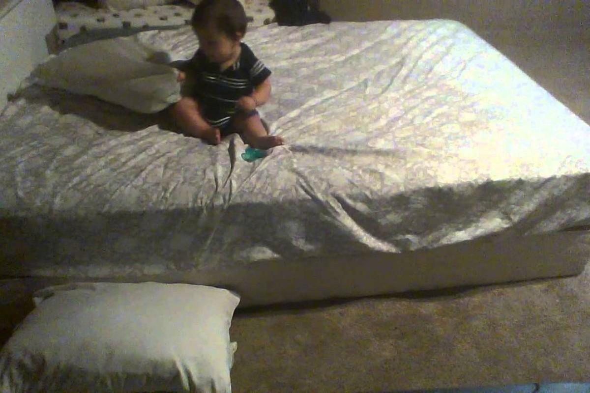 Δεν φαντάζεστε τι έκανε αυτός ο πανέξυπνος μπέμπης για να κατέβει απ' το κρεβάτι