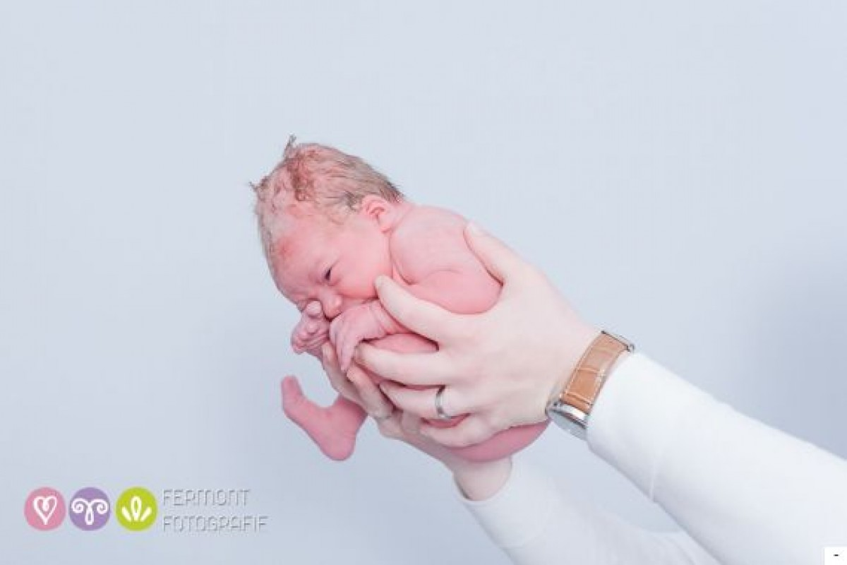 Νεογέννητα μωράκια φωτογραφίζονται στη στάση που παίρνουν μέσα στην κοιλιά
