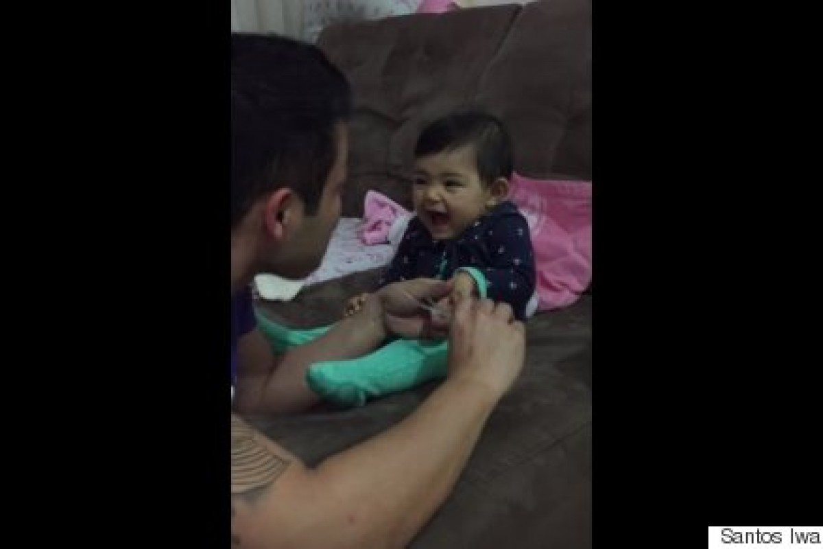 Μωράκι προσπαθεί να κοροϊδέψει τον μπαμπά της για να μην της κόψει τα νύχια